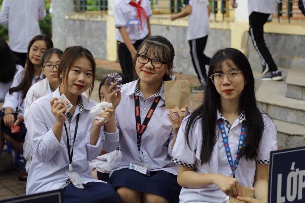 Các bạn học sinh hào hứng tham gia chương trình Ngày hội Đổi sách 2020 của CLB Sách và Hành động